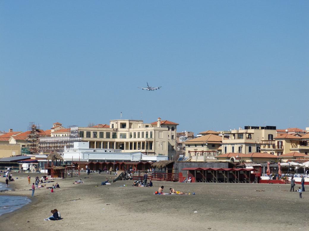 Wenn der Flugverkehr wieder zunimmt, werden auch die Flugzeuge über Ostia wieder beeindruckend tief zur Landung im nahegelegenen Flughafen ansetzen.