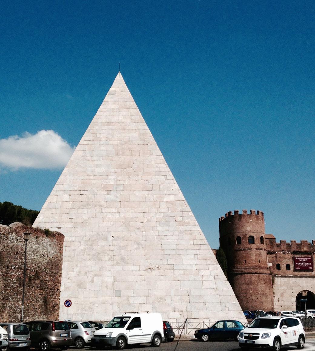 Die Pyramide des Cestio wurde in die Aurelianische Stadtmauer integriert.