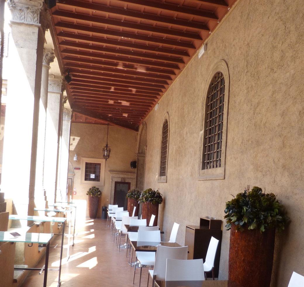 Das Café im Kreuzgang des Chiostro del Bramante.