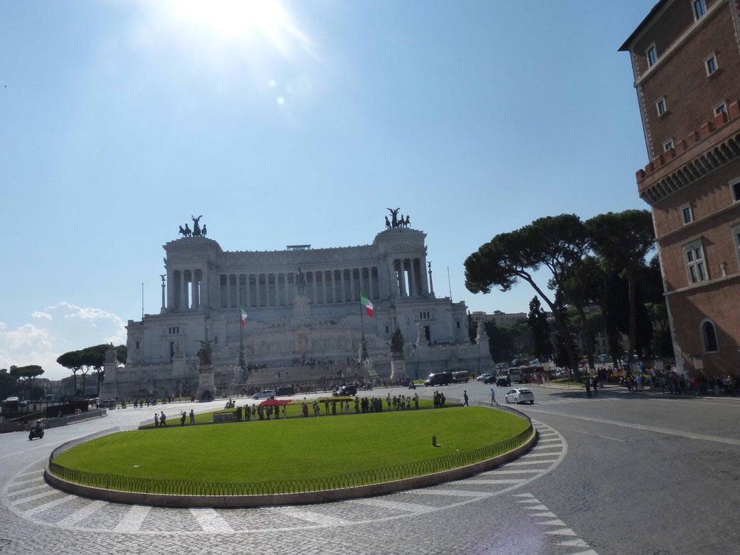 Die Fahrt über die Piazza Venezia mit Blick auf das Vittoriano gehört zu den erhebenden Momenten einer Stadtrundrundfahrt in Rom