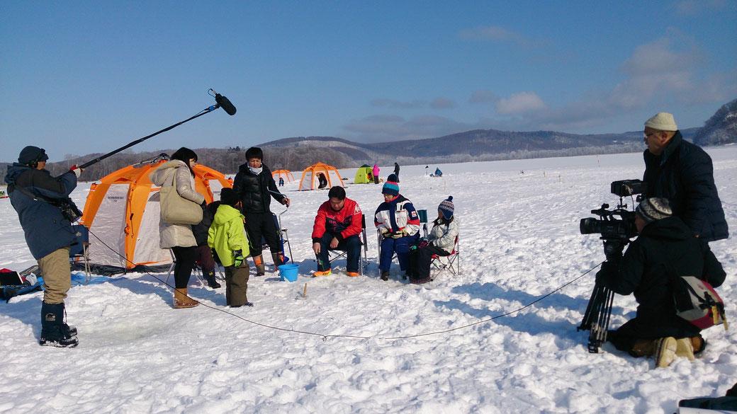 映画撮影 ①網走湖 ワカサギ釣りをしているところへ主人公親子が近づく