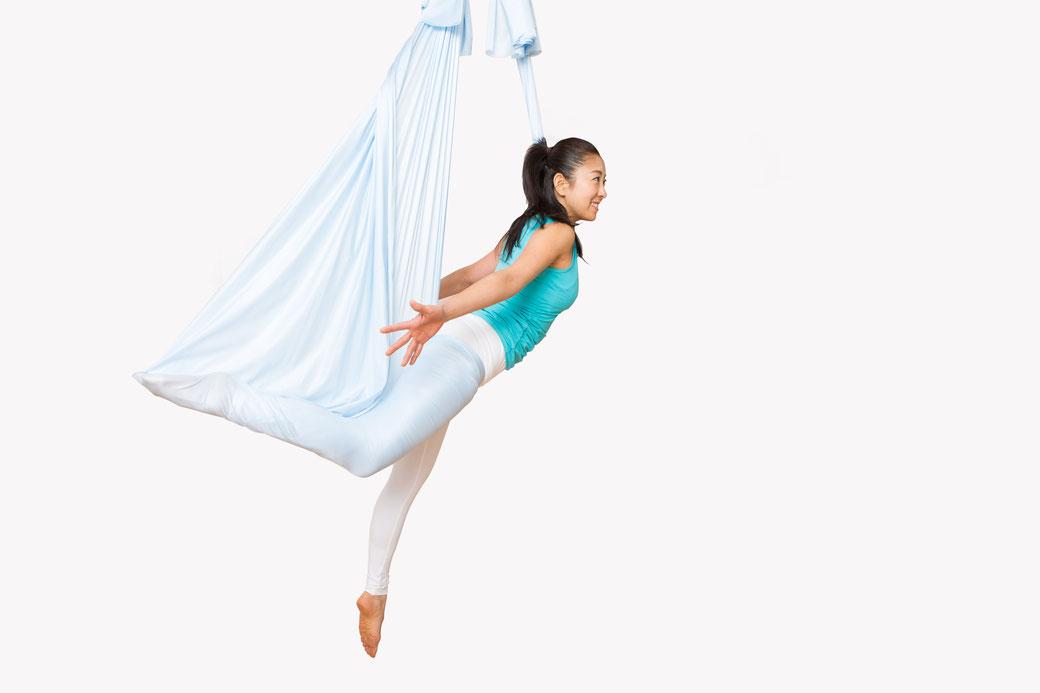 子供心に戻り遊び感覚で浮遊することで自然に体幹が鍛えられたり、筋肉や関節がほぐれたり。布のサポートにより床では体験できない新感覚を味わえます。