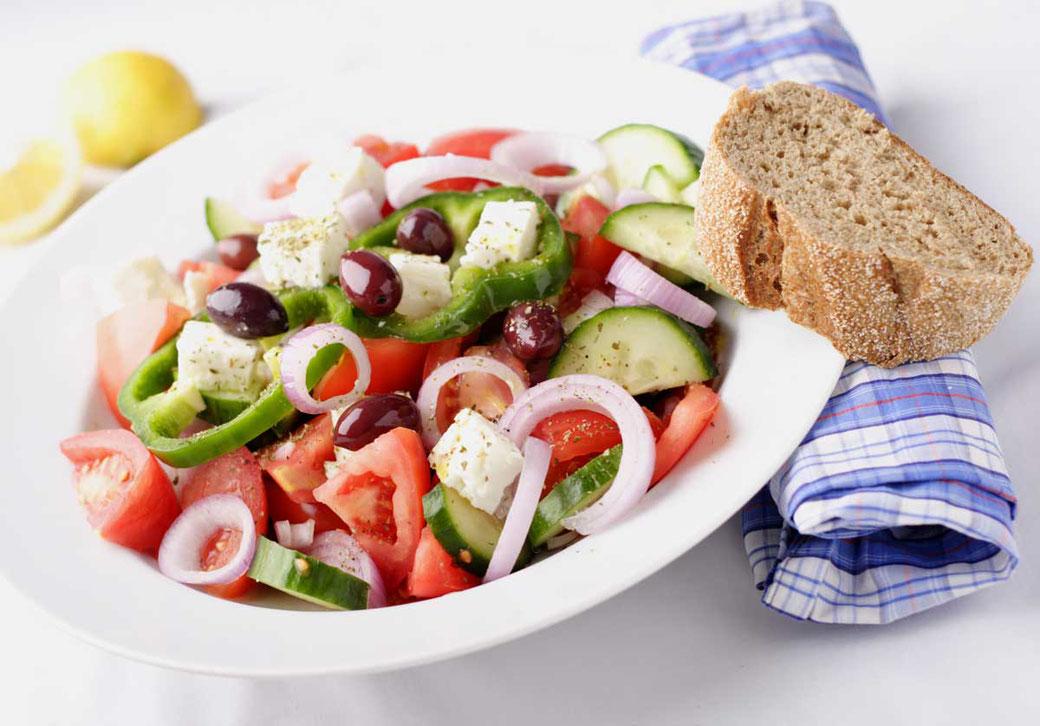 Griechischer Bauernsalat mit Olivenöl nativ extra und Thymian