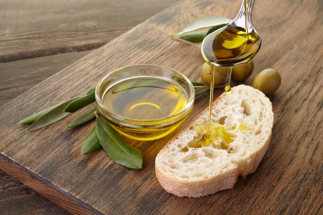 Pangaea Olivenöl aus Griechenland – Olivenöl mit Brot und Oliven