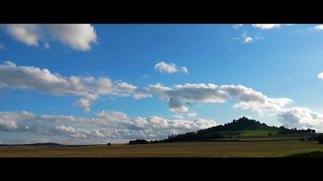 Der Desenberg erhebt sich erfurchtsvoll aus dem flachen Umland als weithin sichtbare Landmarke seit tausenden von Jahren