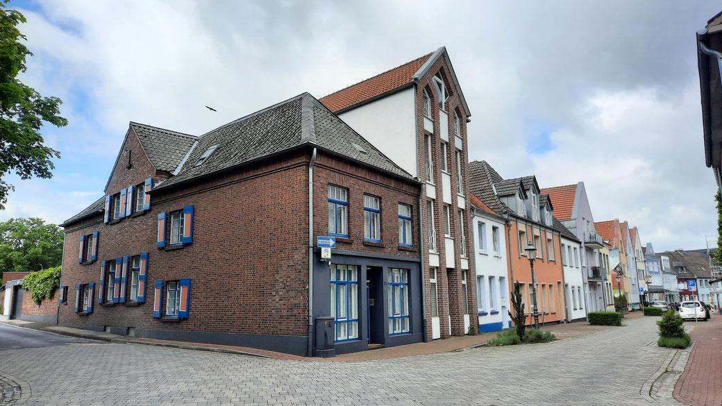 """Markante Fensterläden und eine lange Geschichte prägen das Ferienhaus """"Tüs"""" in Xanten - mit fast holländischem Charme"""
