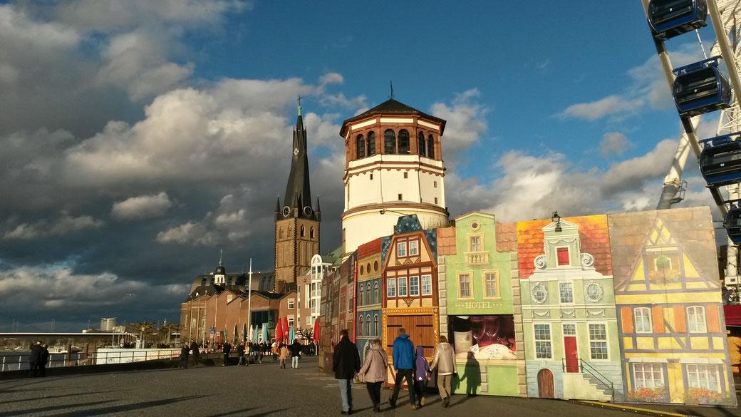 Zwei echte Düsseldorfer Wahrzeichen: Der Schloßturm und der verdrehte Kirchturm von St. Lambertus