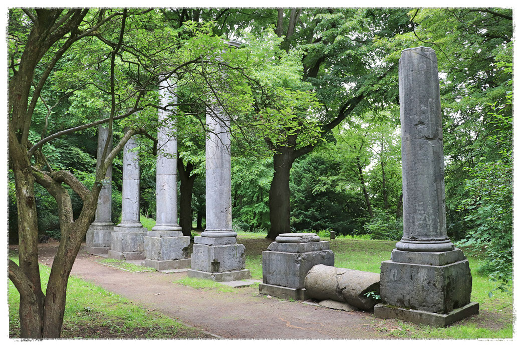 Säulenarkaden am Ehrenhof auf dem Lousberg