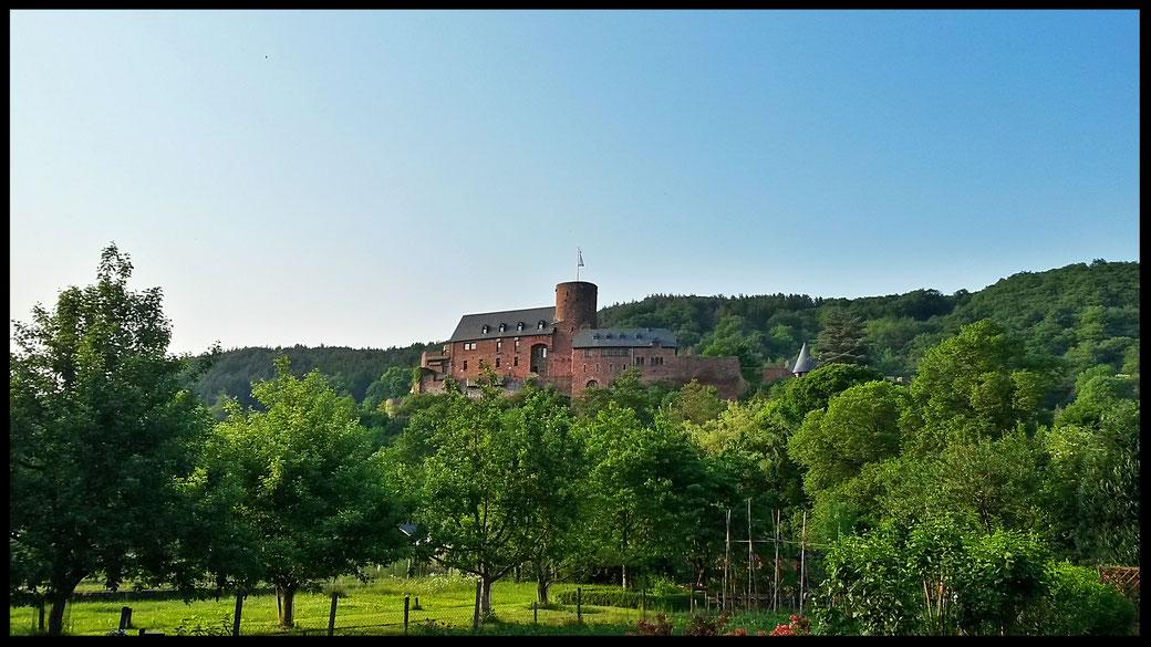 Postkartenidylle auf dem Weg zum Staubecken Heimbach: Burg Hengebach