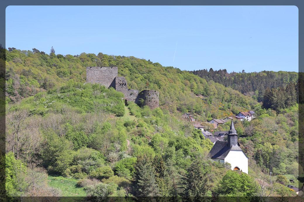 Blick auf die Virneburg mit Kappelle und Wanderweg durch die Linse der Canon EOS 77 d