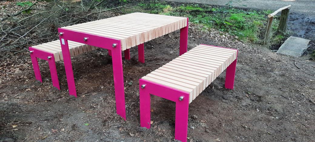 Nagelneues Picknick-Mobiliar frisch aufgestellt im August 2021