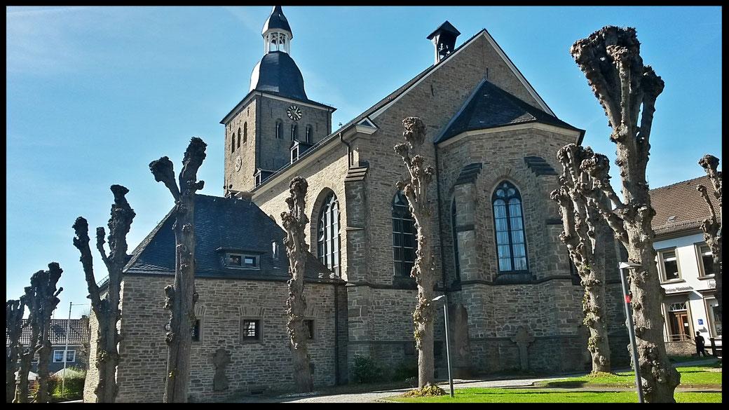 Start und Ziel des Steinhauerpfades: der Kirchplatz in Lindlar