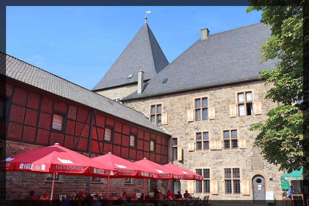 Innenhof Haus Kemnade mit Biergarten unter uralten Kastanienbäumen, sehr schön an warmen Tagen