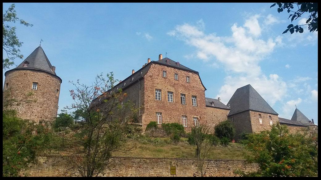 Burg Untermaubach aus dem 12. Jahrhundert, ausgezeichnet mit dem Rheinischen Denkmalpreis 1998