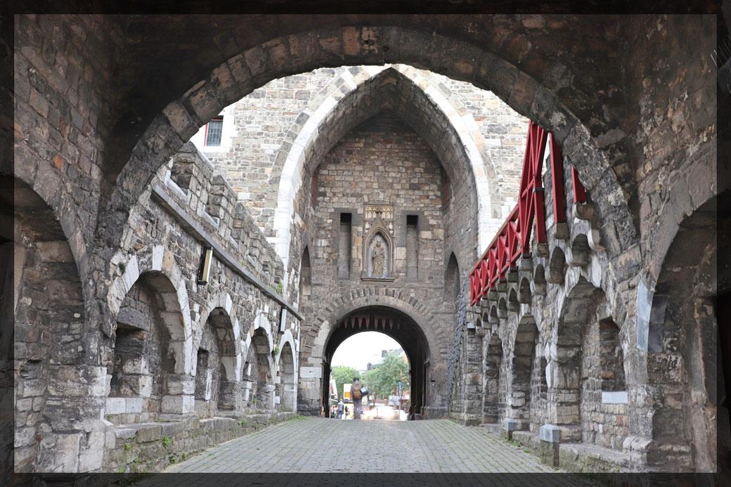 Wie Abertausende Pilger in den Jahrhunderten zuvor betreten wir durch das Ponttor das Pontviertel, Studentenviertel der Stadt Aachen
