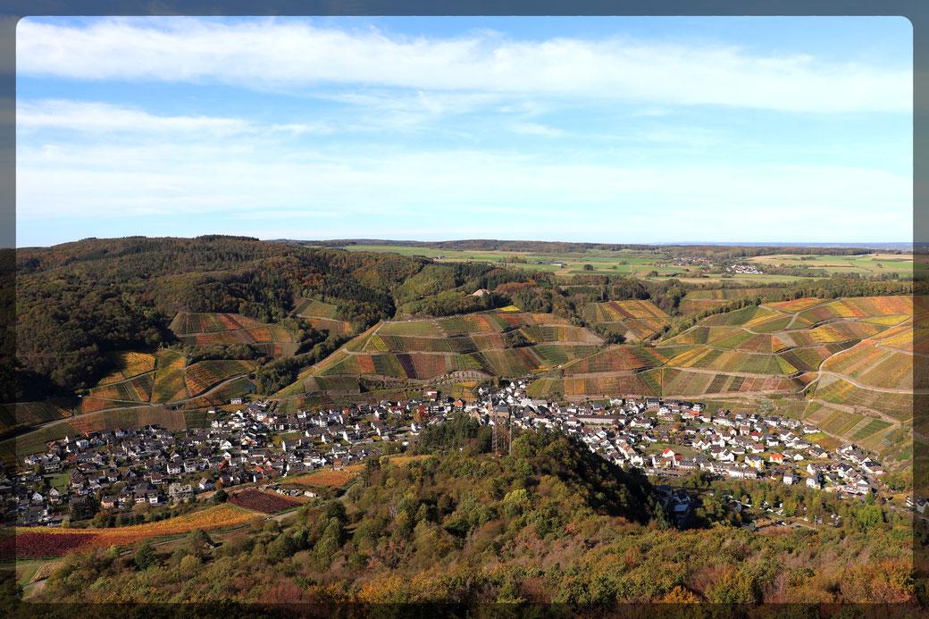 Die Ortschaft Dernau im Ahrtal, gesehen vom Krausbergturm, aufgenommen mit CANON EOS 77d