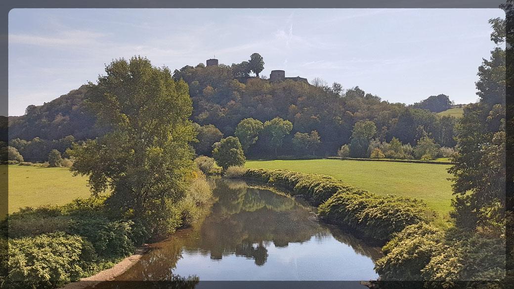 Die auf einem steilen Felsen thronende Ruine der Burg Blankenberg spiegelt sich im Wasserlauf der Sieg