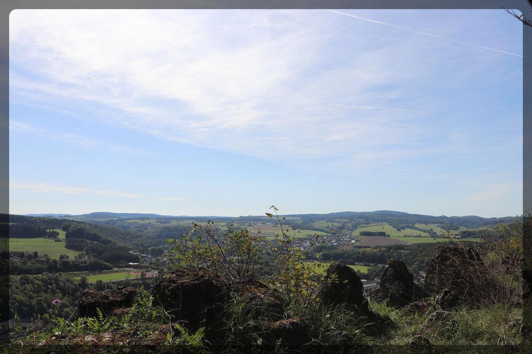Fantastische Blicke von der Munsterley auf das Kylltal-eingefangen mit einer CANON EOS 77 d