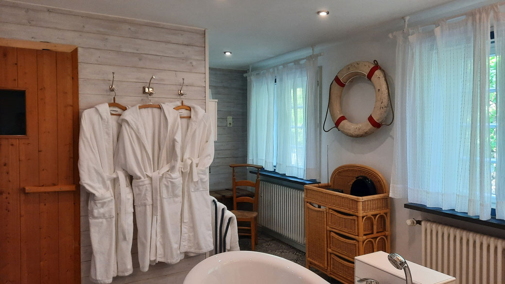 Das Bad im Obergeschoss ist unsere wellness-Oase mit Sauna, freistehender Wanne und großer Tageslichtdusche