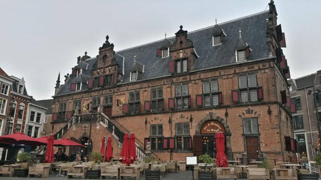 De Waagh - die alte Stadtwaage aus dem 17. Jahrhundert, das imposanteste Gebäude am 'Grote Markt'