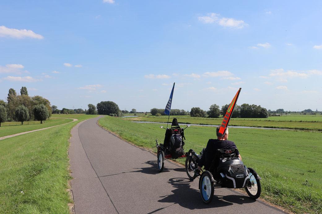 Mit den E-Trikes unterwegs auf dem Rheindeich nach Bislich, Fernsichten bis zum Horizont!