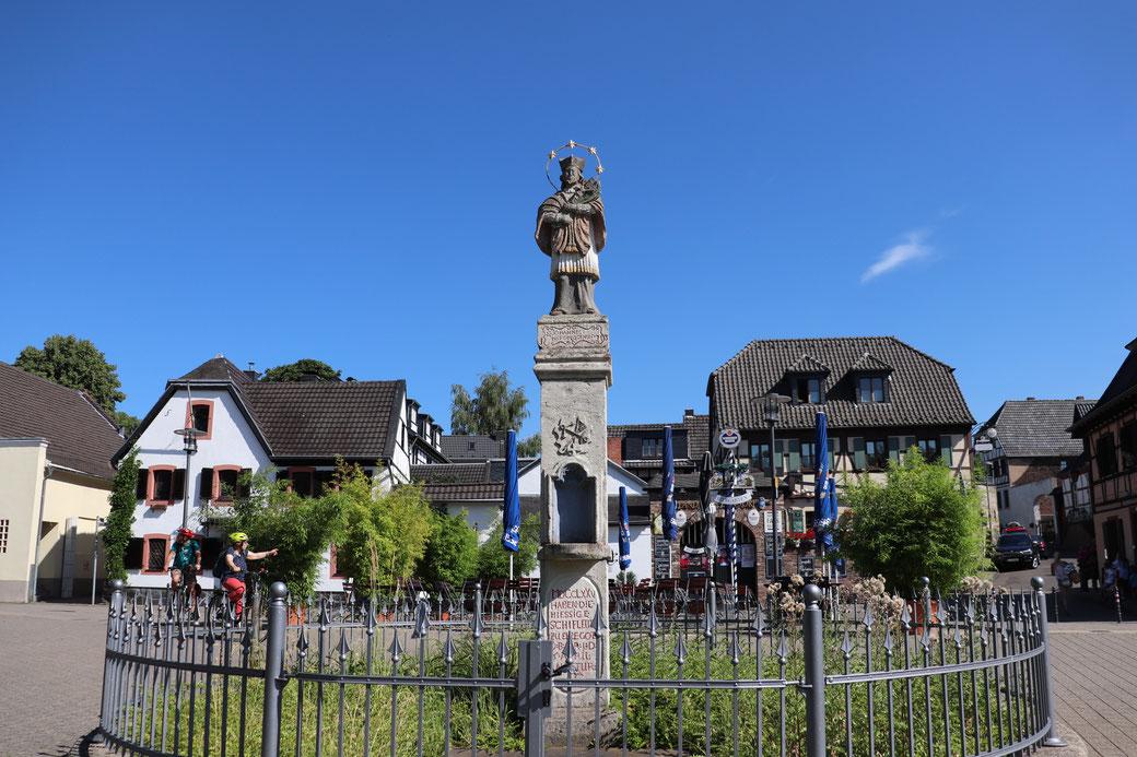 Zündorf, Heiliger Nepomuk und Gastronomie