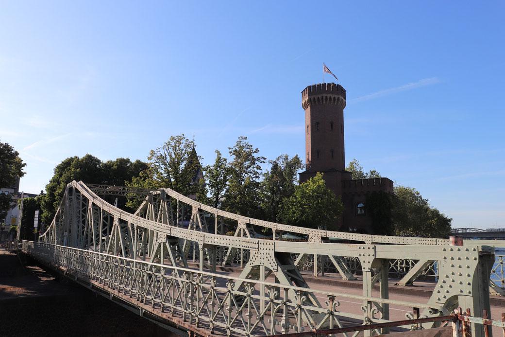 Alte Drehbrücke am Hafen verbindet heute den Biergarten Hafenterrasse mit dem Schokoladenmuseum