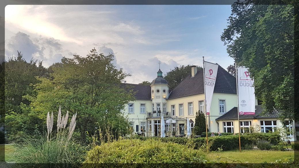 Hotel Haus Duden - in diesem herrschaftlichen Haus in Wesel wurde Konrad Duden geboren/ Gastronomie innen und auf der Terrasse