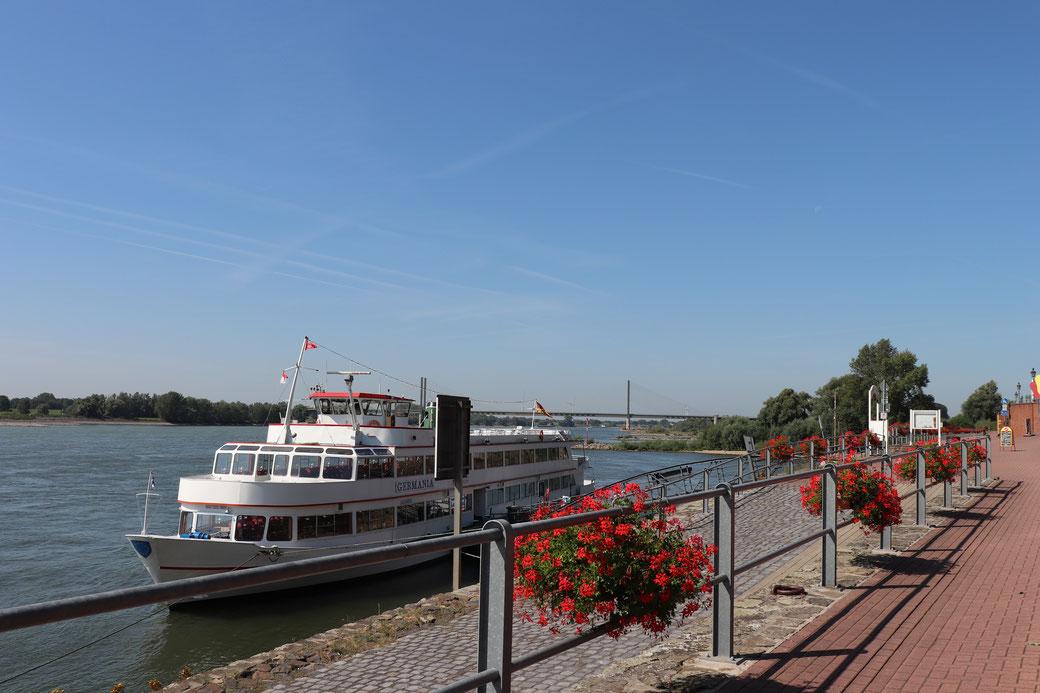 Get on board! Anlegestelle an der Rheinpromenade in Rees für Schiffahrten mit der GERMANIA