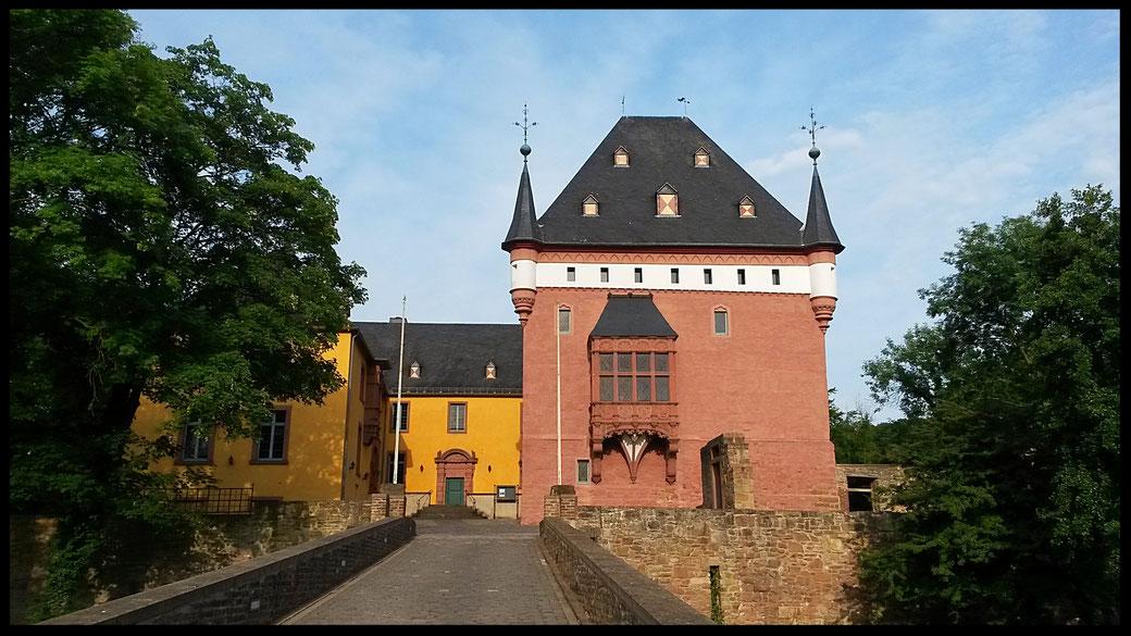 Schloss Burgau, nach den Zerstörungen des Weltkrieges wieder aufgebaut strahlt renoviert in neuem Glanz