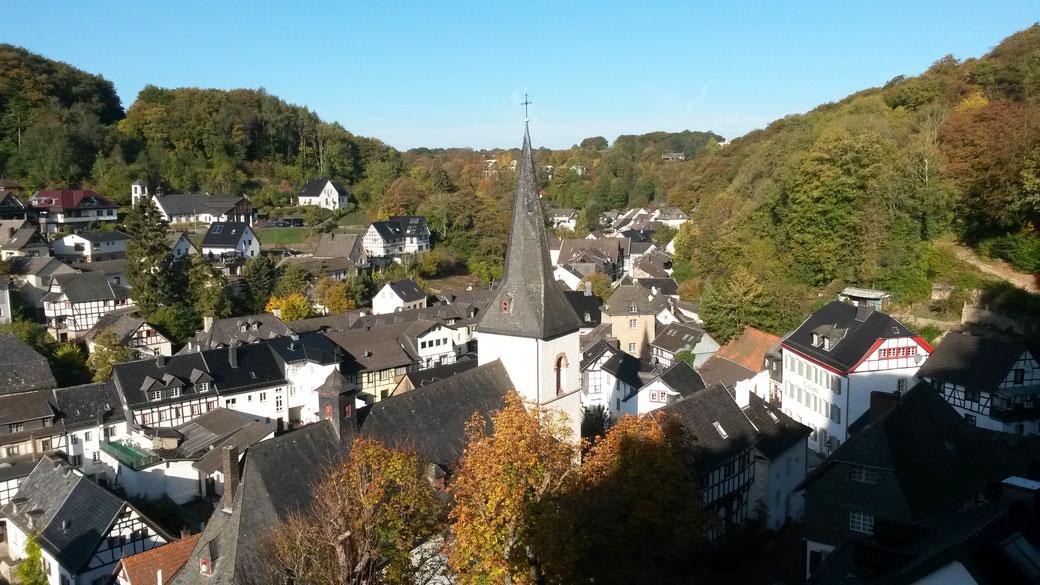 Morgendlicher Ausblick auf die Altstadt von Blankenheim von der privaten Terrasse unseres Ferienappartements auf Burg Blankenheim