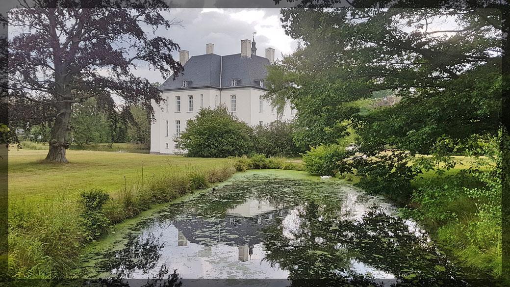 Wasserschloss Gartrop aus dem 14. Jahrhundert. Ansicht Gräfte, Park und Haupthaus