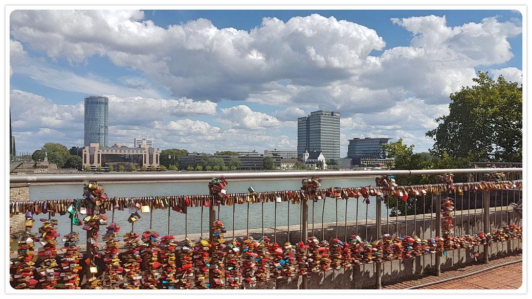 Zwischen Dom und Hohenzollernbrücke:  Blick auf den Architekturmix am Deutzer Ufer
