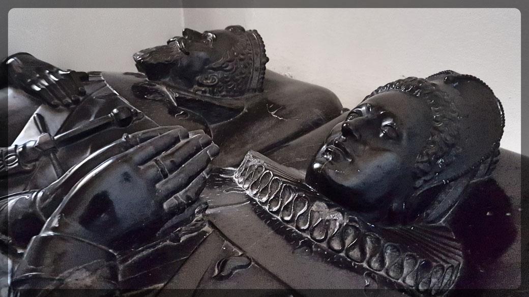 Beeindruckendes Hochgrab aus schwarzem Marmor, hervorragende Bildhauerarbeit, darstellend Philipp von der Mark und seine Frau