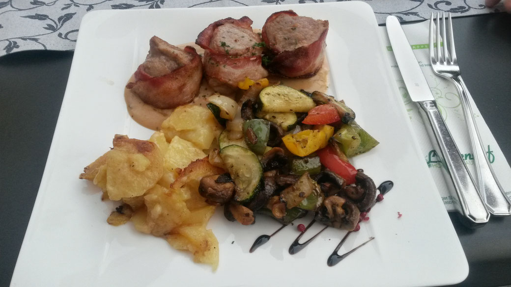 Lecker essen nach einem fantastischen Tag: Schweinefilet im Speckmantel mit Grillgemüse und Kartoffelgratin. Yummy!