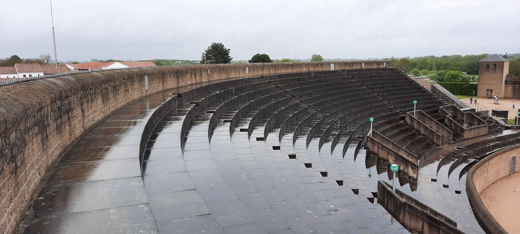 Zuschauerränge an einem Regentag - selten so leer zu sehen- auch heute!