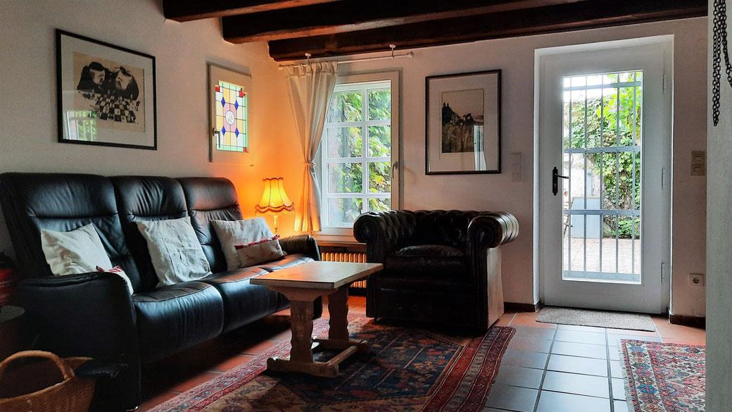 Tagsüber im Kaminzimmer mit Durchgang zum Innenhof, wo man bei schönem Wetter auch draußen privat und geschützt sitzen kann