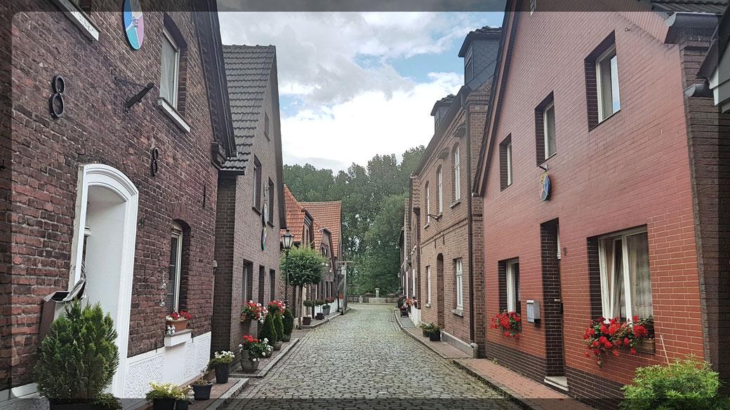 Ortsmitte Krudenburg mit seinen Kopfsteinpflastergassen und idyllischer Dorf-Atmosphäre