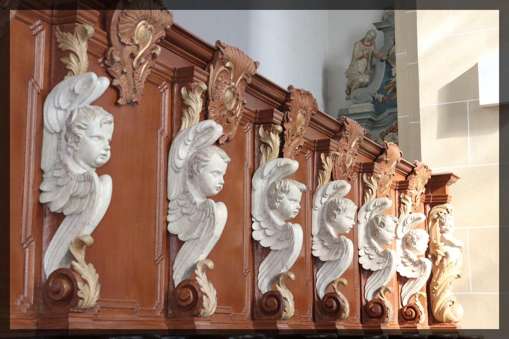 Das Chorgestühl aus dem 16. Jahrhundert, kunstvoll geschnitzte pausbackige Engelchen