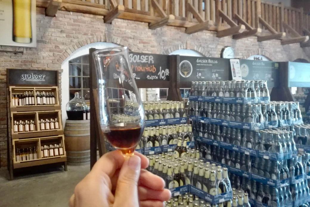 Auch Whiskey und Liköre dürfen wir in der Golser Brauerei verkosten!