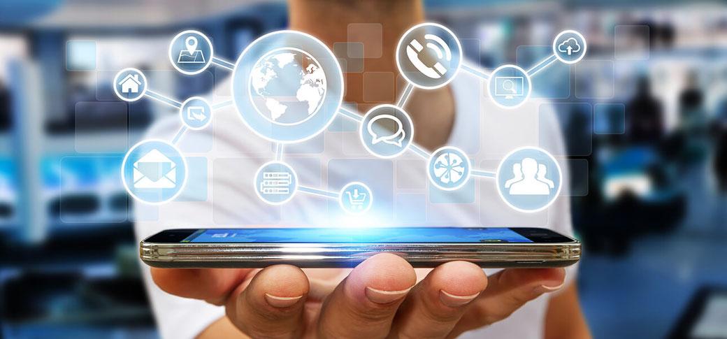Smartphone auf dem eine App präsentiert wird.