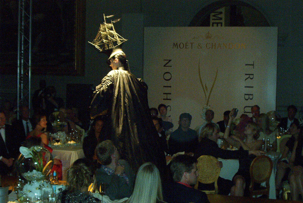 Philip Treacy erhält in London den Moet Chandon Fashio Tribute 2002