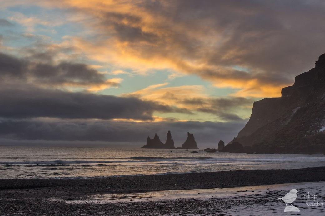 Sonnenuntergang am schwarzen Strand von Vik, Island