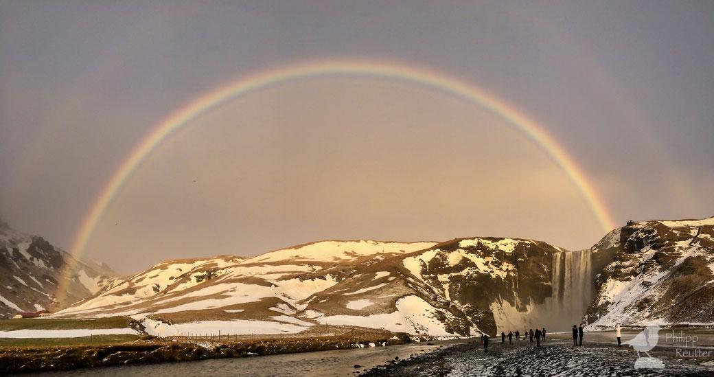 Doppelter Regenbogen über dem Skógafoss