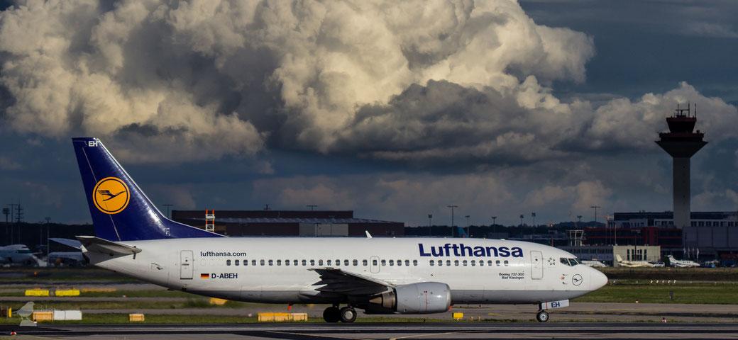 """Boeing 737-300 """"Bad Kissing"""" mit Cumulus im Hintergrund"""
