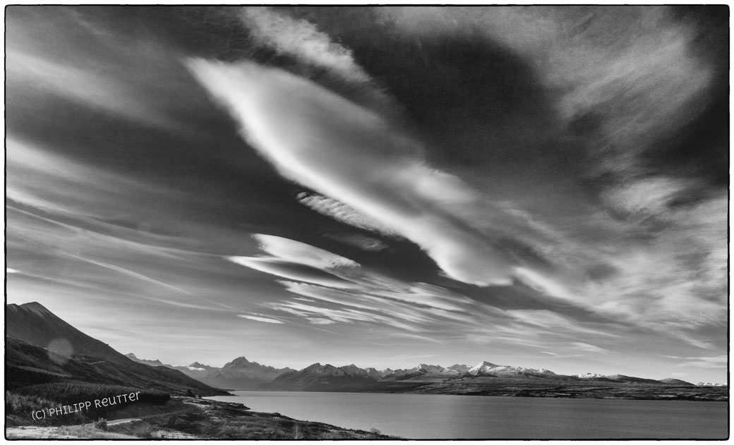 Mountain wave clouds, Lake Pukaki, New Zealand, Neuseeland, Wolke, b&w,
