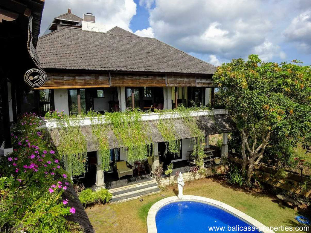 Immense villa for sale with ocean views in Balangan.