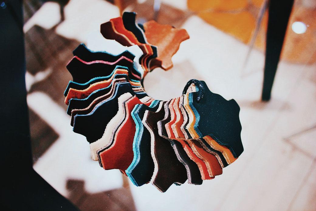 Dicklederexemplare zur Verwendung für Sitzmöbel in den verschiedensten Färbungen - eine von vielen Lederarten, die wir unseren Kunden anbieten.