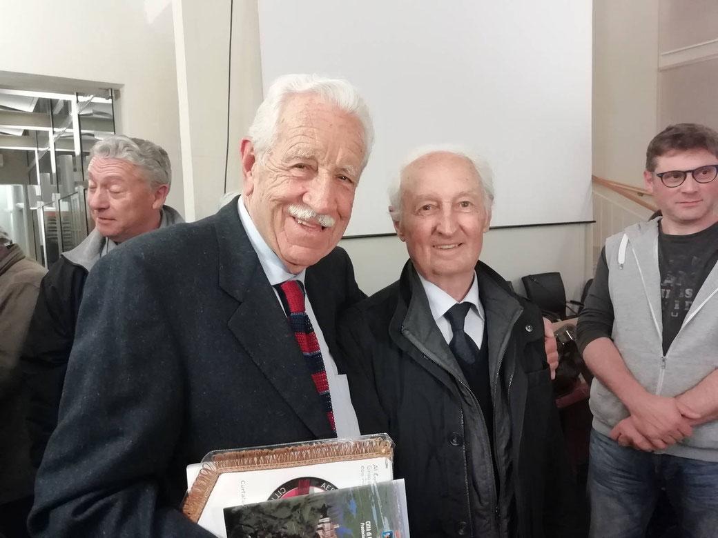 """L'incontro tra due piloti che hanno condiviso la stessa macchina, l'F-84F. A sinistra il Com.te Gregorio Baschirotto e a sinistra il Com.te Fortunato Aldà """"Freccia 12"""" 154 Gruppo, Sesto Stormo dei Diavoli Rossi."""