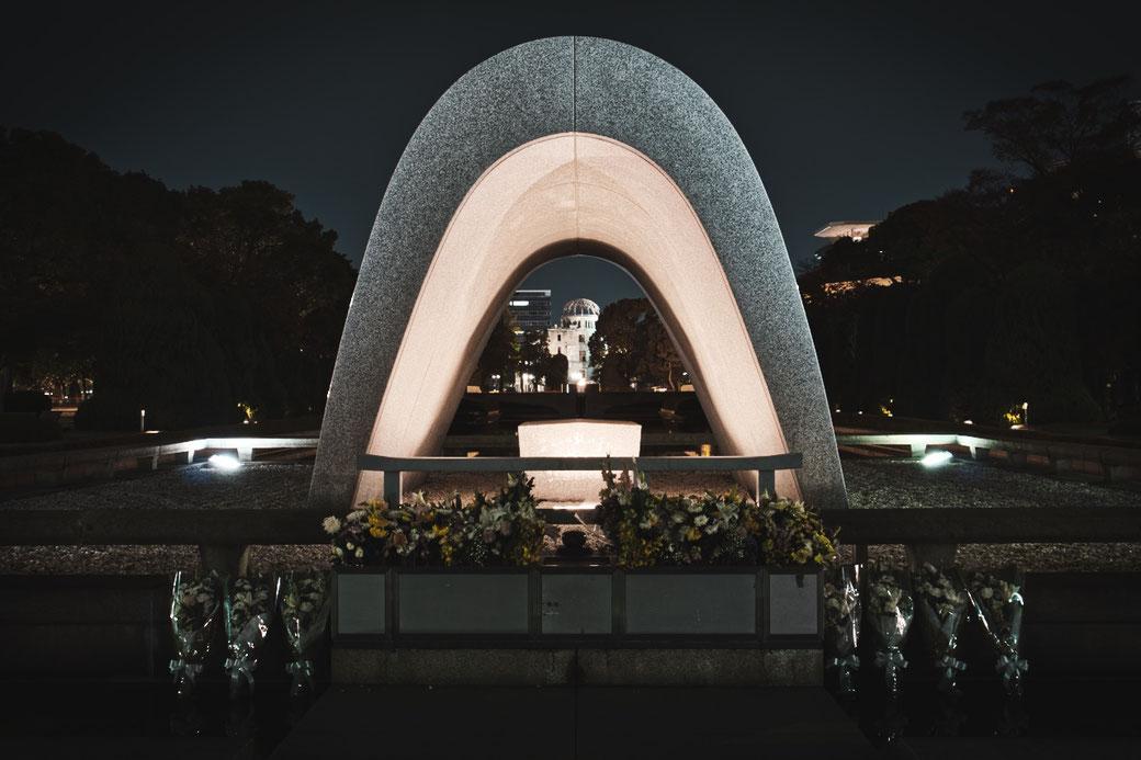 Victims Memorial Centograph. Der Steinere Sarkophag dahinter die Friedensflamme und der A Bomb Dome